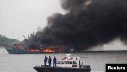 Một tàu cá đánh bắt trái phép bị Indonesia phá hủy.