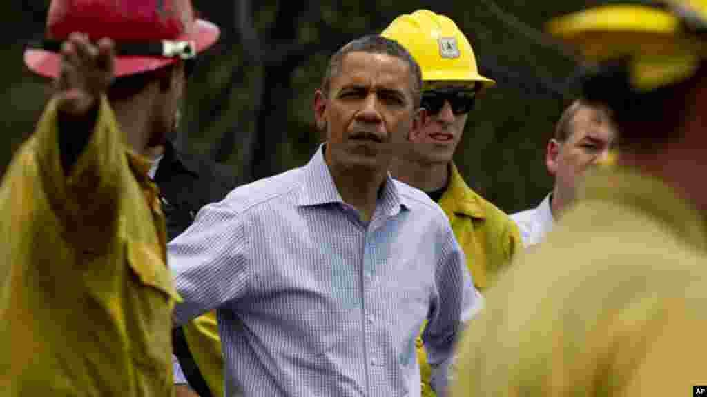 Rais Barack Obama akizungumza na wazima moto alipotembelea eneo la Mountain Shadow, Colorado Springs baada ya kuingiliwa na moto, June 29, 2012.