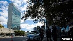 Des policiers montent la garde près du bâtiment de l'ONU à New York (22 septembre 2013)