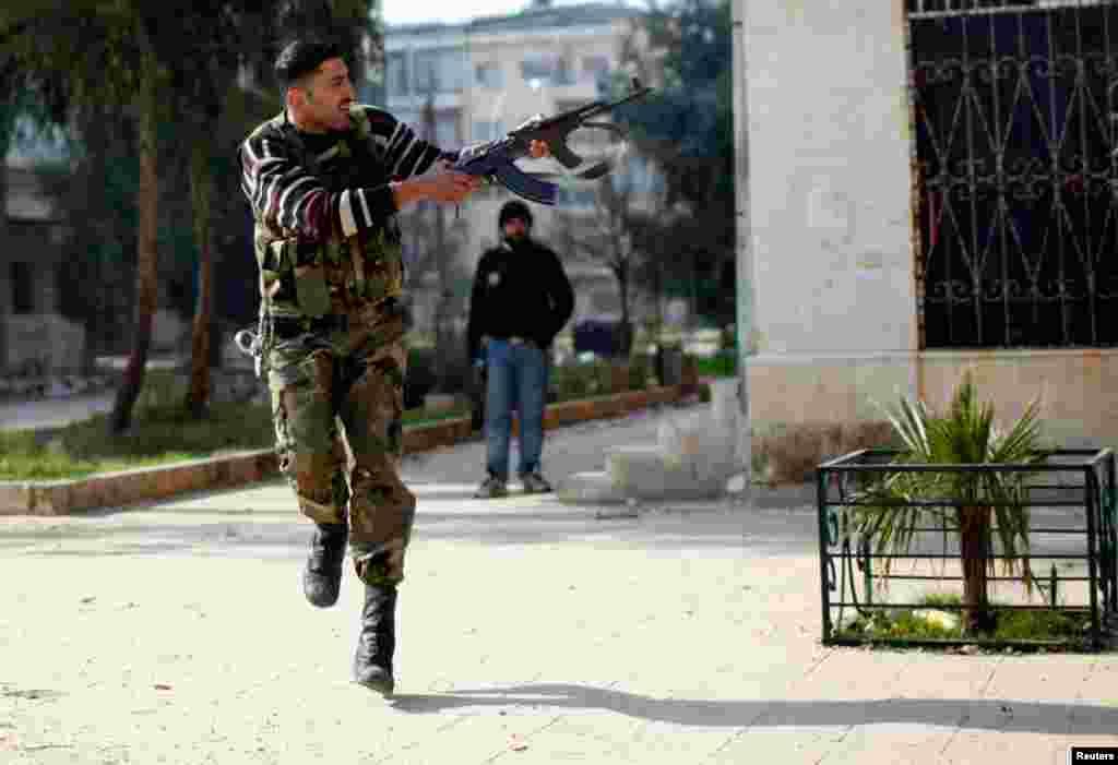 Một thành viên củaquân đội Giải phóng Syria nhắm bắn vào một tay súng bắn tỉa ở Aleppo, ngày 31/12/2012.
