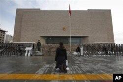 一位妇女跪在中国最高法院前(资料图片)