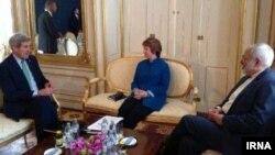 کری وزیر خارجه آمریکا (چپ) ظریف وزیر خارجه ایران (راست) و کاترین اشتون مسئول سیاست خارجی اتحادیه اروپا. وین.۲۳ مهر ۱۳۹۳