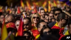 29일 밤 스페인 바르셀로나에서 카탈루냐의 독립 선언에 반대하는 대규모 시위가 열렸다.