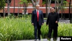 Tổng thống Mỹ Donald Trump (trái) và lãnh tụ Bắc Hàn Kim Jong Un tại Singapore trước cuộc gặp thượng đỉnh hôm 12/6.