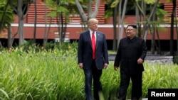 도널드 트럼프 미국 대통령과 김정은 북한 국무위원장이 지난 6월 12일 싱가포르 카펠라 호텔에서 오찬을 마친 뒤 함께 산책로를 걷고 있다.