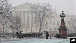 La nieve cae sobre el edificio de la Corte Suprema de Justicia en Washington.
