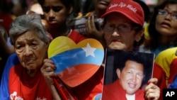 지난달 9일 시몬 볼리바르 광장에 모여 휴고 차베스 대통령의 회복을 염원하는 지지자들.