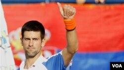 Petenis Serbia Novak Djokovic merayakan kemenangannya atas petenis Republik Ceko Tomas Berdych dalam semifinal Kejuaraan Tenis ATP di Dubai hari Jumat (25/2).