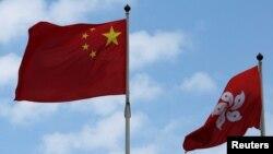 中國國旗與香港特區旗幟。
