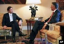 Pedro Passos Coelho (esq.) recebido pelo presidente português, Cavaco Silva