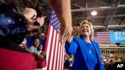 """美國民主黨總統候選人希拉里克林頓星期四呼籲美國把追擊伊斯蘭國頭目巴格達迪作為""""首要任務。"""
