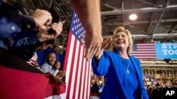 미국 민주당의 힐러리 클린턴 후보가 8일 노스캐롤라이나주 샬롯의 선거유세장에 들어서면서 지지자들과 악수하고 있다.