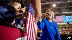 ຜູ້ສະໝັກປະທານາທິບໍດີ ຂອງພັກເດໂມແຄຣັດ ທ່ານນາງ Hillary Clinton ພວມຈັບມືກັບຜູ້ຄົນ ທີ່ມະຫາວິທະຍາໄລ Johnson C. Smith University ໃນເມືອງ Charlotte ລັດ North Carolina. (8 ກັນຍາ 2016)