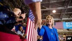 Kandidat presiden AS dari Partai Demokrat, Hillary Clinton, menyapa pendukungnya dalam kampanye di Johnson C. Smith University di Charlotte, North Carolina (8/9). (AP/Andrew Harnik)