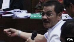 Mantan Menteri Dalam Negeri Gamawan Fauzi memberikan kesaksian dalam sidang kasus dugaan korupsi pada proyek e-KTP di gedung Pengadilan Tindak Pidana Korupsi, Kemayoran, Jakarta Pusat,Kamis (16/3). (VOA/Fathiyah Wardah)