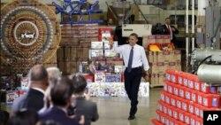 Tổng thống Obama tại nhà máy sản xuất đồ chơi The Rodon Group để thuyết phục nước Mỹ ủng hộ sách lược tránh cắt giảm chi tiêu 600 tỉ đô la cùng việc tăng thuế. (AP Photo/Matt Slocum)