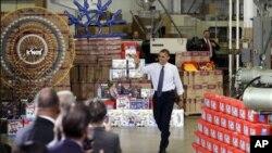 30일 필라델피아시 근교의 한 장난감 제조업체를 방문한 바락 오바마 미국 대통령.