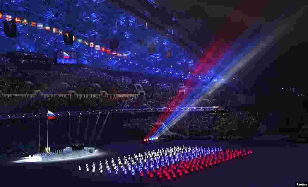 7일 소치 동계 올림픽 개막식장에서 러시아 국기 모양의 조명이 객석을 비추고 있다.