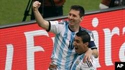 """Lionel Messi celebra junto al """"Fideo"""" Di María el primer gol de los dos que anotó contra Nigeria."""