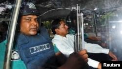 전쟁 범죄 혐의로 기소돼 사형을 선고 받은 방글라데시 최대 이슬람 정당 지도자 모하마드 카마루자만(오른쪽)가 지난해 5월 재판 후 경찰차로 호송되고 있다.