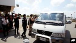 Xe chở người tị nạn từ Úc tại sân bay quốc tế Phnom Penh, Casampuchia, ngày 4/6/2015.