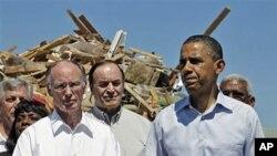 Shugaba Barack Obama tare da gwamnan Alabama, Robert Bentley (hagu) da sanata Richard Shelby daga Jihar ta Alabama a lokacin da suka ziyarci gine-ginen da guguwa ta tafi da su a garin Tuscaloosa, Jumma'a 29 Afrilu, 2011