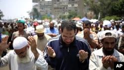 2013年7月8日埃及被罢黜总统穆尔西的支持群众在开罗郊区的纳赛尔城集会祈祷。
