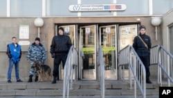 Petugas terlihat menjaga ketat keamanan di stasiun kereta bawah tanah Sennaya, St. Petersburg, Rusia, 5 April 2017. (AP Photo/Dmitri Lovetsky)