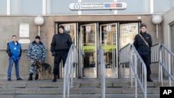 警察在俄罗斯圣彼得堡地铁爆炸案的事发地点守岗(2017年4月5日)