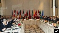 Ngoại trưởng Hoa Kỳ Hillary Clinton (giữa) chủ trì cuộc họp của nhóm Bạn bè của Syria ở New York hôm 28 tháng 9, 2012