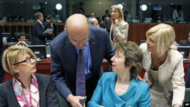 France's Foreign Minister Alain Juppe (2nd L) greets European Union High Representative for Foreign Affairs and Security Policy Catherine Ashton (2nd R) during an EU foreign ministers meeting at the EU Council in Brussels, May 23, 2011