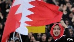 Seorang anak perempuan ikut dalam aksi demonstrasi anti pemerintah di ibukota Manama, Minggu (27/2).
