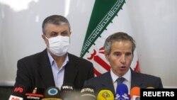 2021년 9월 12일 모하마드 에슬라미 이란 원자력청(AEOI) 청장과 라파엘 그로시 IAEA 사무총장이 이란 테헤란에서 기자회견을 하고 있다.