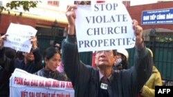 Tu sĩ và giáo dân Thái Hà tuần hành ngày 2/12/11 phản đối chính quyền chiếm đất nhà thờ