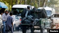 Xurujda jarohatlangan politsiya zobitlari politsiya avtomashinasida. Kobul. 5-sentabr 2016-yil.