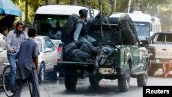 Para polisi yang luka-luka akibat ledakan bom bunuh diri diangkut dengan kendaraan di Kabul, Afghanistan, Senin (5/9).