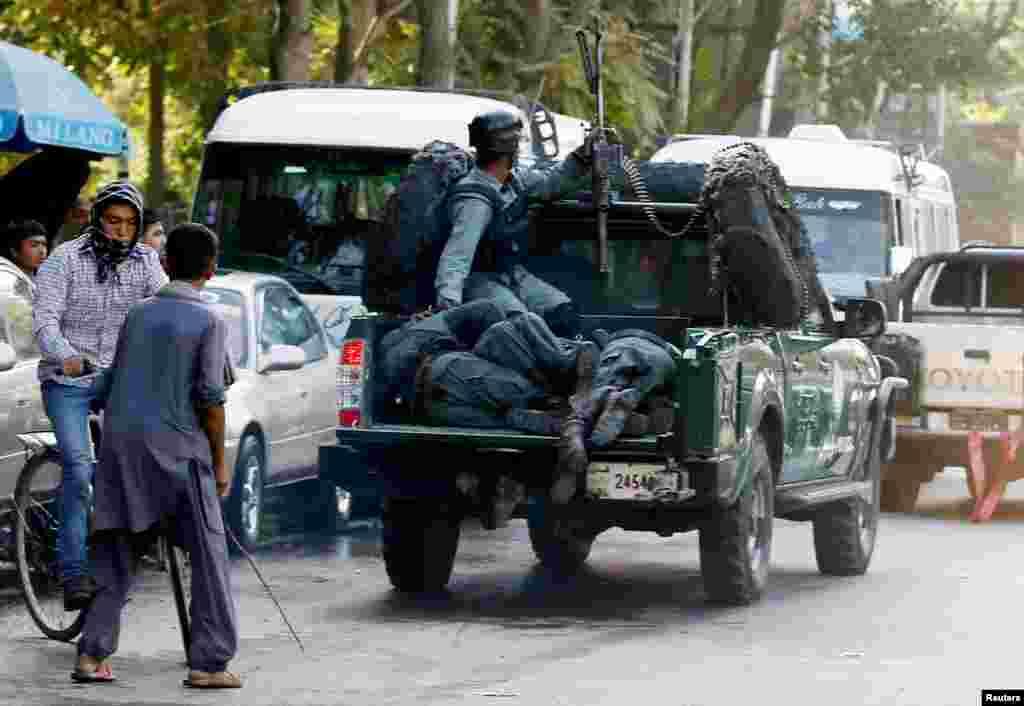 افغان وزارت داخلہ کے ترجمان کے مطابق بم دھماکوں میں ہلاک ہونے والوں میں ضلعی پولیس سربراہ اور دیگر پانچ پولیس افسران بھی شامل ہیں۔