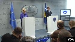 Premijer Kosova Aljbin Kurti i šefica Kancelarije EU na Kosovu Natalija Apostolova na zajedničkoj konferenciji za novinare u Prištini, 5. februar 2020. (Foto: VOA)