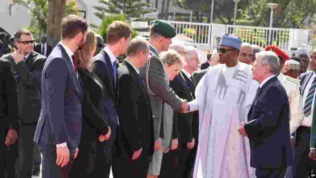 Le président Joachim Gauck, à droite, présente sa délégations au président Muhammadu Buhari du Nigeria , deuxième à droite, le 11 février 2016 .