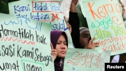 Người Hồi giáo ở Malaysia cầm biểu ngữ phản đối quyền đồng tính. Một tòa án vừa kết tội hai phụ nữ quan hệ tình dục đồng giới và quyết định này gây ra phản ứng trong cộng đồng LGBT cũng như các nhà hoạt động xã hội.
