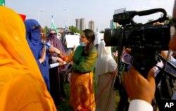 ڈان نیوز کی وجیہہ خانین احتجاج میں شامل ایک خاتون سے انٹرویو کر رہی ہیں۔ 11 ستمبر 2020