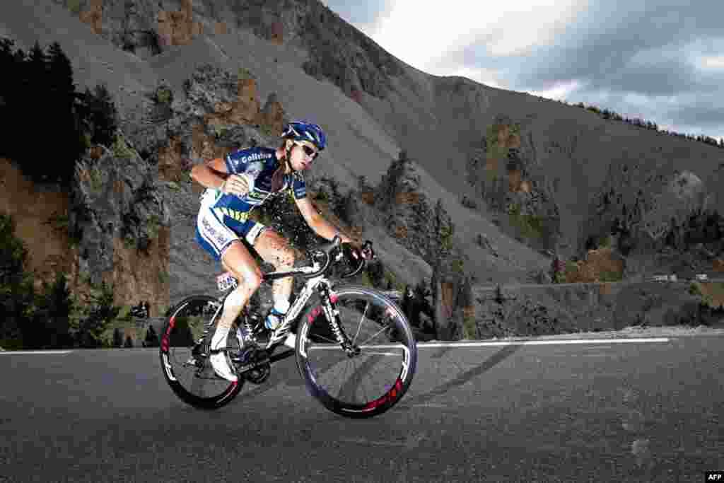 21 Tháng Bảy: Vận động viên Johnny Hoogerland của Hà Lan đạp qua đèo Izoard trong giai đoạn thứ 18 của Giải đua xe đạp Tour de France. (AP Photo / Laurent Cipriani)