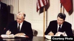 美国总统里根和苏联领导人戈尔巴乔夫在白宫签署《中导条约》。(1987年12月8日)