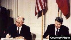Rais wa Marekani Ronald Reagan (kulia) na Rais wa Soviet Mikhail Gorbachev wakisaini mkataba wa INF) White House, Disemba 8 1987.