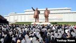 북한 노동당 창건 71주년을 맞아 인민군 장병들과 각계층 근로자들, 청소년 학생들이 김일성·김정일 동상 앞에 꽃바구니를 놓았다고 조선중앙통신이 10일 보도했다.