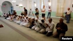 Des fidèles écoutent l'imam Syed Shafeeq Rahman au centre islamique de Fort Pierce qui prie pour les morts d'Orlando, à Fort Pierce, Floride, 12 juin 2016.