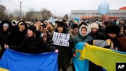 지난 10일 우크라이나 크림자치공화국 주도 심페로폴에서 소수계 타타르 주민들이 러시아로의 귀속에 반대하는 시위를 벌이고 있다.