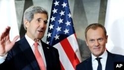 El secretario de Estado, John Kerry, y el primer ministro de Polonia, Donald Tusk, posan para una foto en Varsovia.