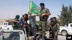 Anggota pasukan Unit Perlindungan Rakyat Kurdi (YPG) di utara Raqqa, Suriah (foto: ilustrasi).