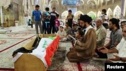 22일 이라크 나자르에서 최근 교도소 피습 사건 사망자들의 장례식이 열리고 있다.